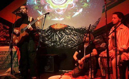 Presentación en Bar El Clan, Santiago 2018, <br />junto a Ángel y Nicolás, integrantes de la Caravana por la Paz y la Restauración de la Madre Tierra