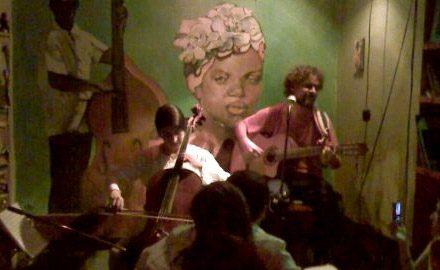 Con Anaki Guzmán en violoncello, en Bar Dos Gardenias.