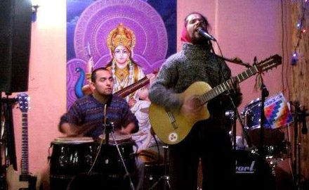 Prabu Goura Nitay acompañando en percusiones en Restorán Govinda